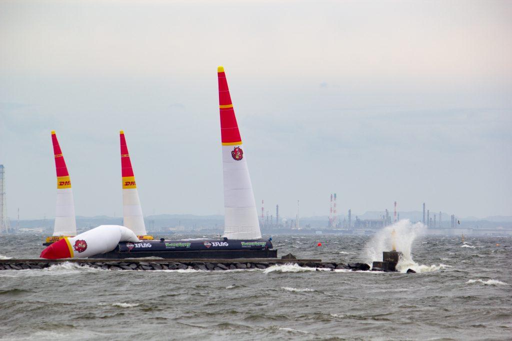 撮影:ウェザーニューズ 6月4日(土)の海上の様子 高波の影響でパイロンが倒れている