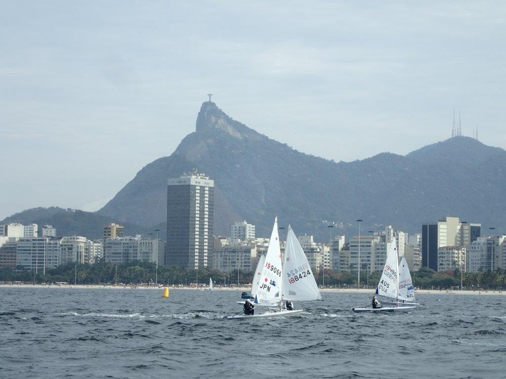 メダルレースが行われるリオの会場(グアナバラ湾)で練習を重ねる土居愛実選手(JPNマークの艇)