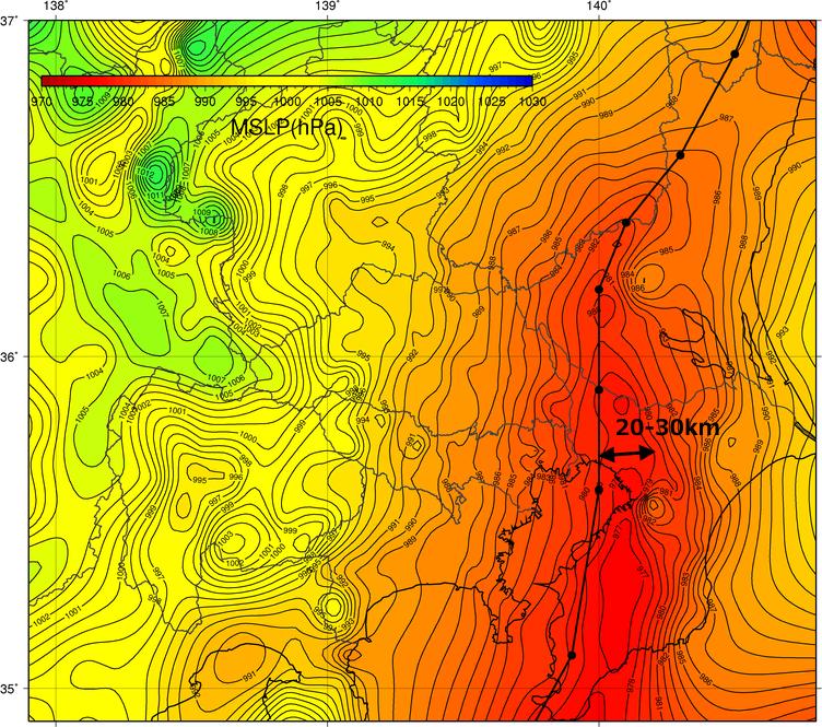 図11: 「WITHセンサー」の海面気圧の22日24時間最低値(等値線と色)。黒丸と黒太線は気象庁の台風経路を示す。矢印は台風の目の直径に対応すると思われる距離を示す。