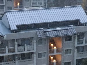 06:34 東京都八王子市 屋根、真っ白