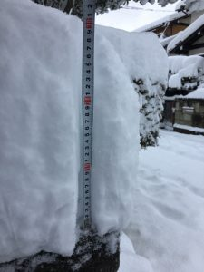 15日08:37 三重県四日市市 四日市市北部、朝8時半時点。積雪は30~35センチ。まだ積もるのかなぁ?明朝の出勤できるのか!?